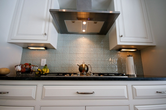 A 36 inch Miele cooktop, under cabinet lighting and an oversized hood ensure a comfortable cooking space.