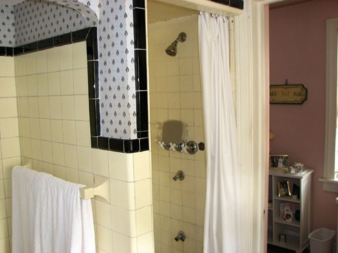 Old and outdated bathroom in University Heights OH before the Beard Group remodel