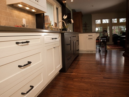 A combination of cabinetry color creates interest within this Beachwood ranch home.